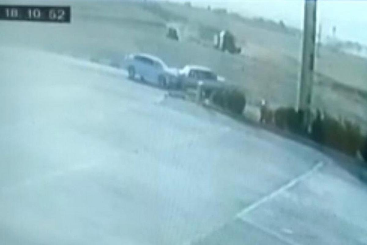 Araçların kafa kafaya çarpışma anı güvenlik kamerasına böyle yansıdı