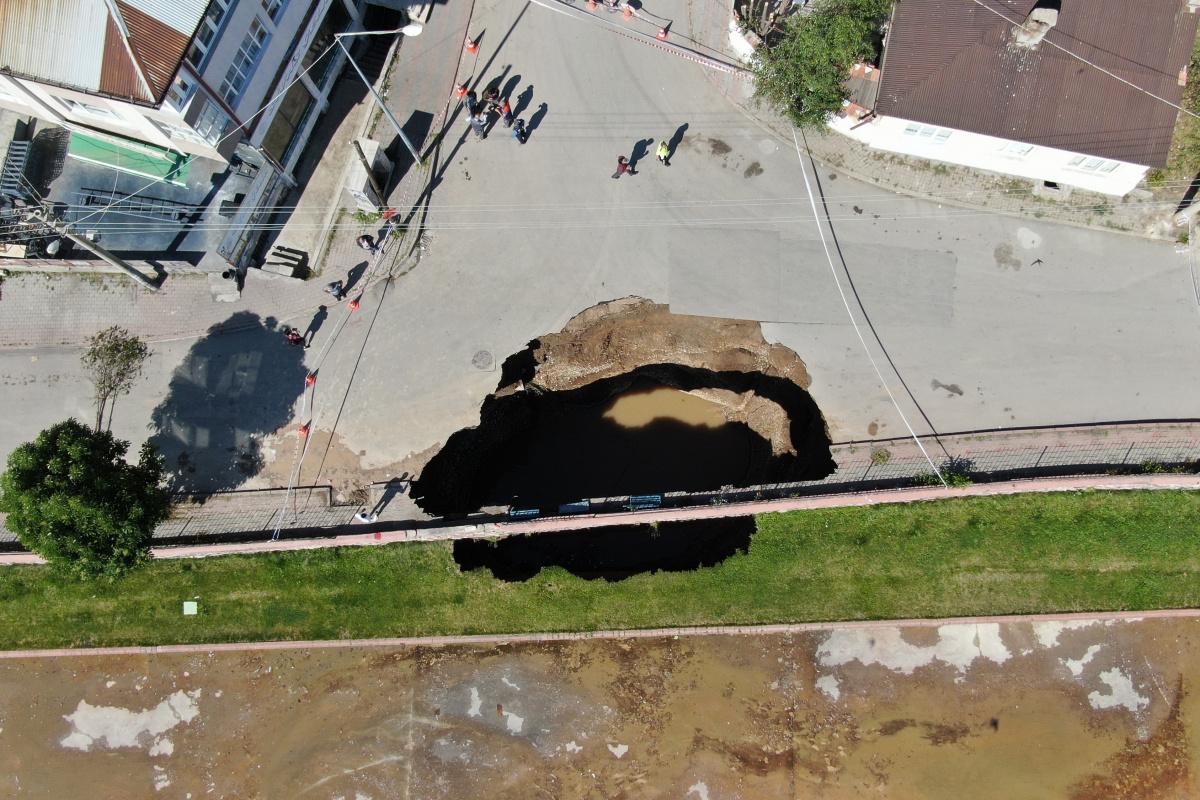 Çöken yolda oluşan çukurun boyutu gün ağarınca ortaya çıktı