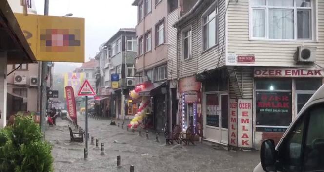 Eyüpsultanda şiddetli yağış, sokaklar dereye döndü