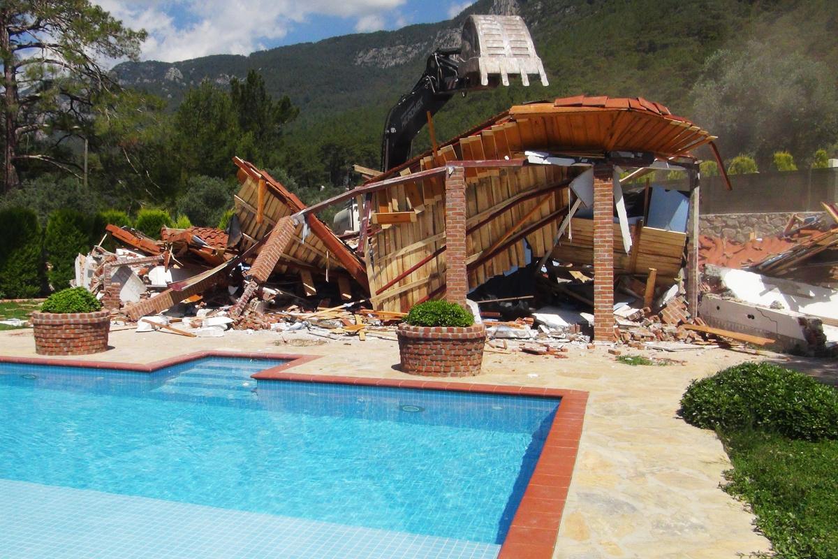 Milyon dolarlık kaçak villa yerle bir edildi