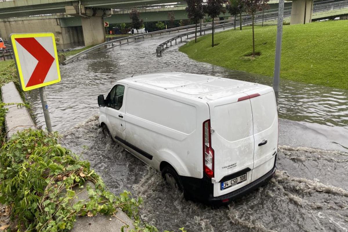 İstanbul'da aniden bastıran yağmurda Topkapı Varyant altı sular altında kaldı