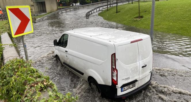 İstanbulda aniden bastıran yağmurda Topkapı Varyant altı sular altında kaldı