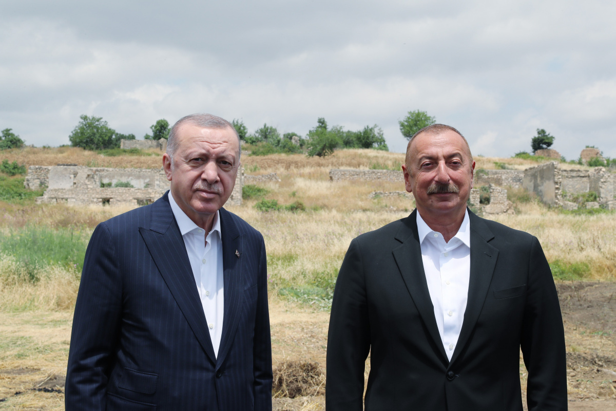 Cumhurbaşkanı Erdoğan, Fuzuli'de Aliyev tarafından karşılandı