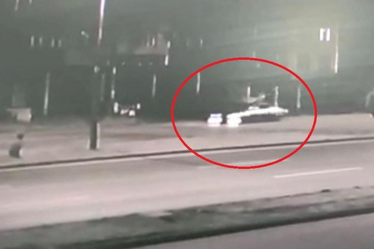 Otomobil, bisikletiyle işe giden şahsa çarpıp metrelerce savurdu