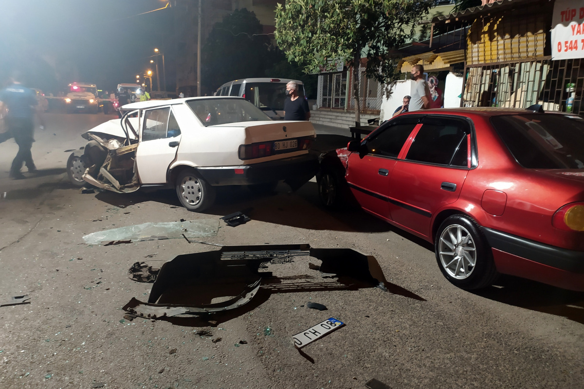 Gasp ettiği kamyonetle polis aracına çarptı: 2'si polis 5 yaralı