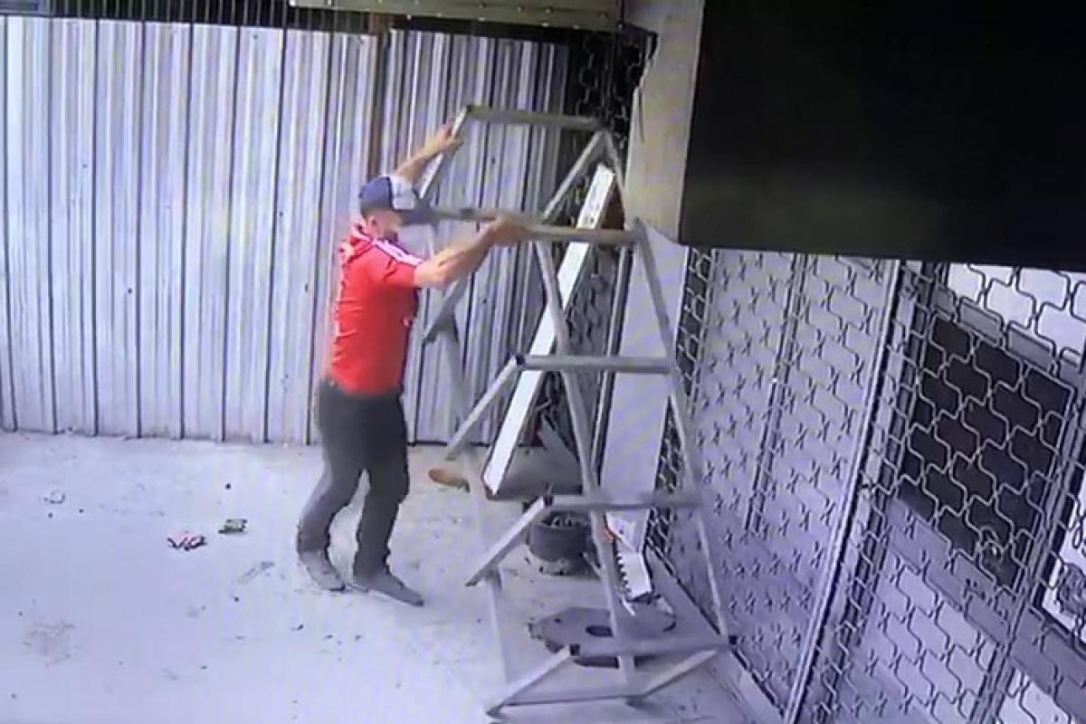Önce tozlarını süpürdü, sonra da demir tezgahı sırtlayıp çaldı
