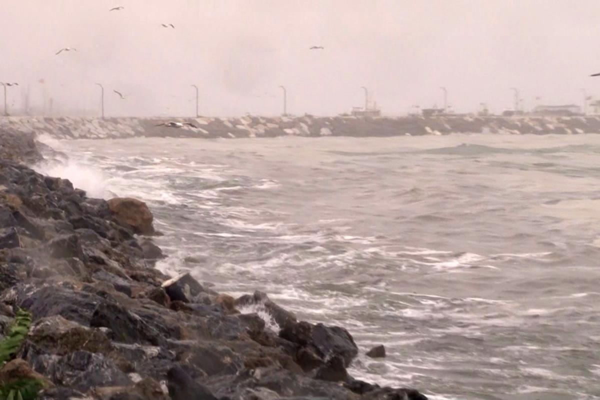 Marmara'da lodos, müsilajı kıyıya itti
