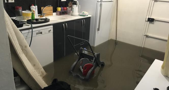 Kadıköyde sağanak nedeniyle 3 evi su bastı