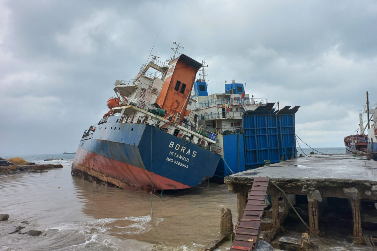 Kartal'da halatı kopan gemi, başka bir gemiye çarptı