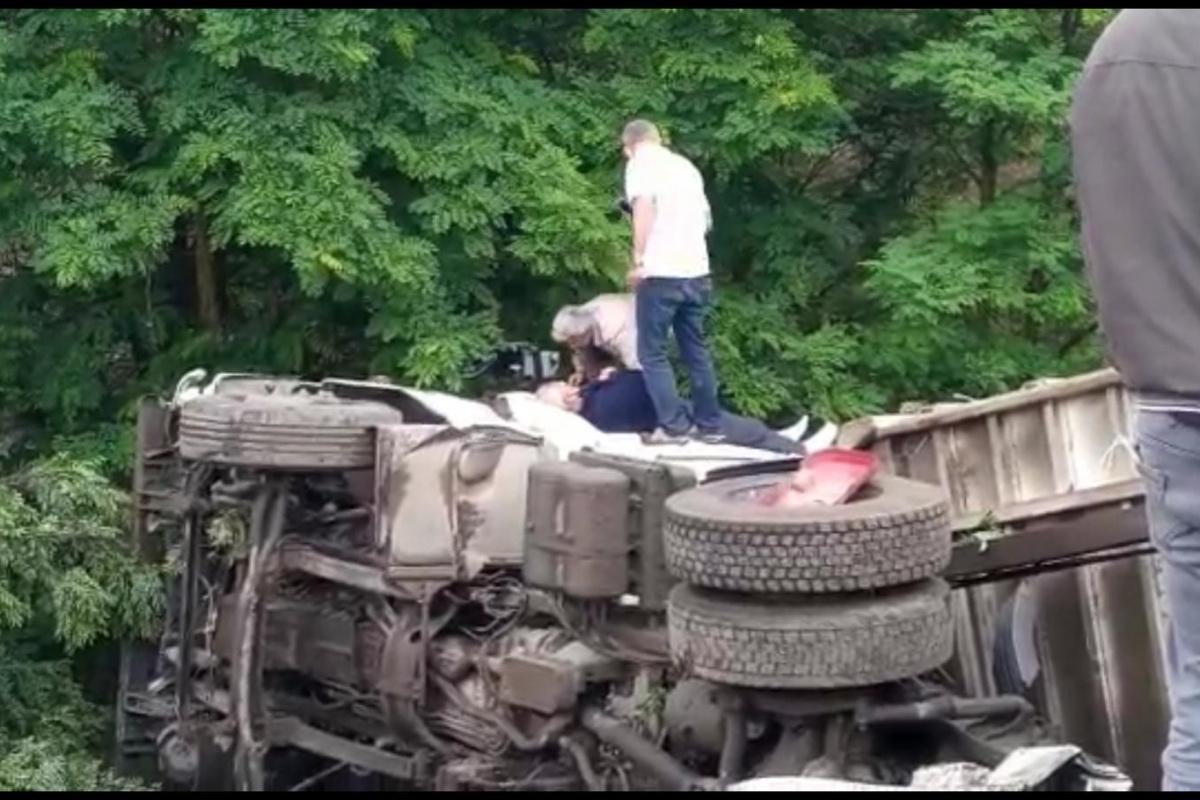 Bursa'da virajı alamayan kamyon şarampole yuvarlandı