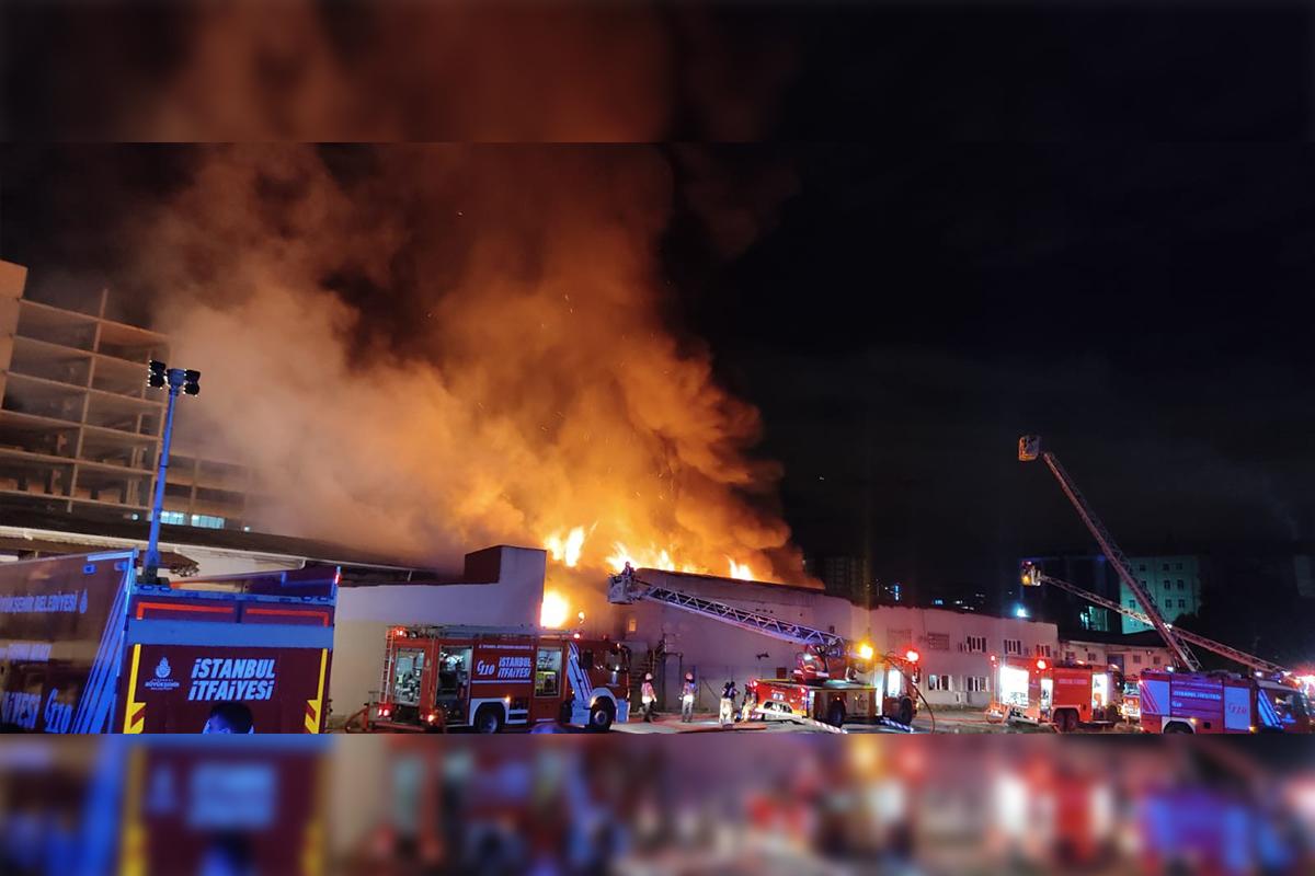 Küçükçekmece'deki ambalaj fabrikasında yangın