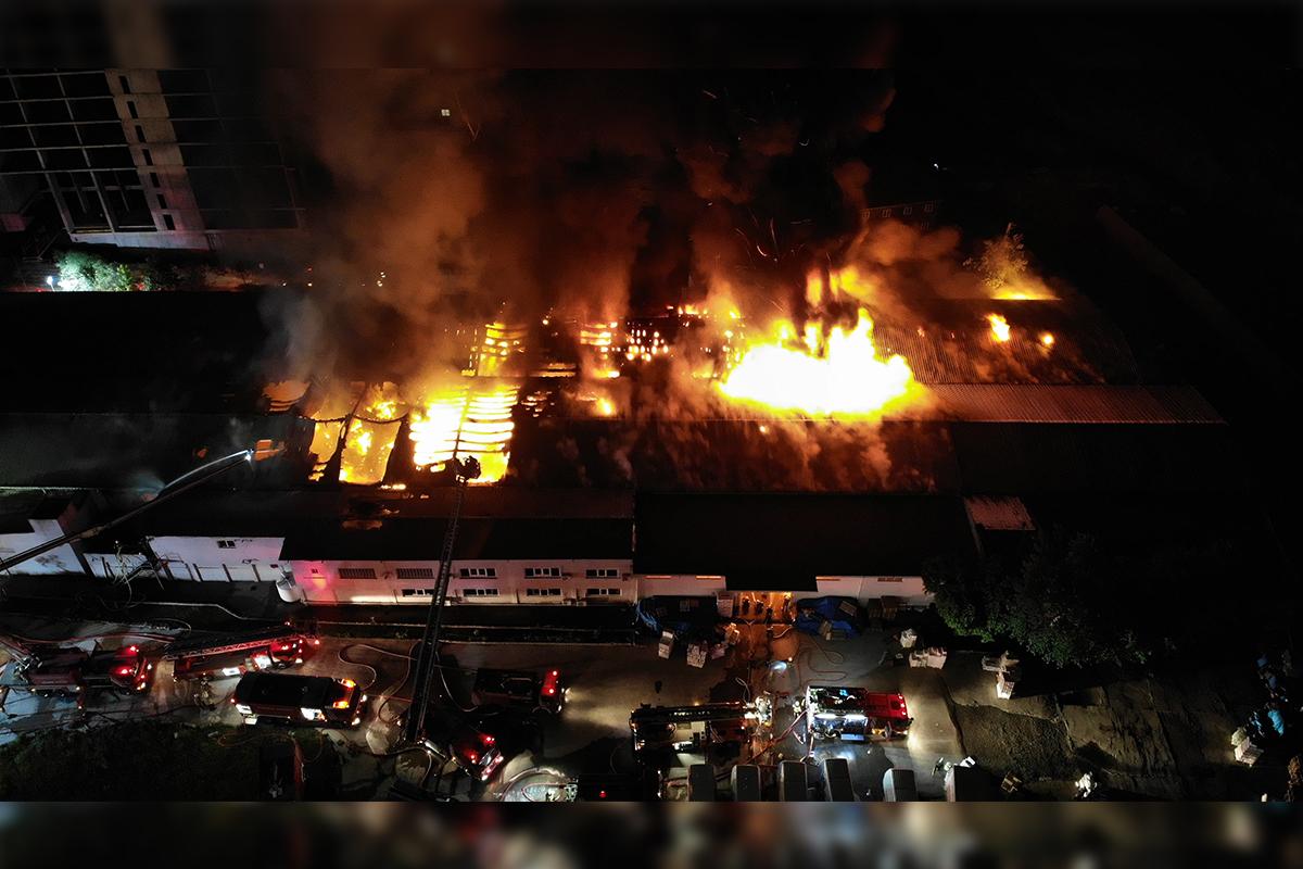 Küçükçekmecedeki ambalaj fabrikasında yangın drone ile görüntülendi