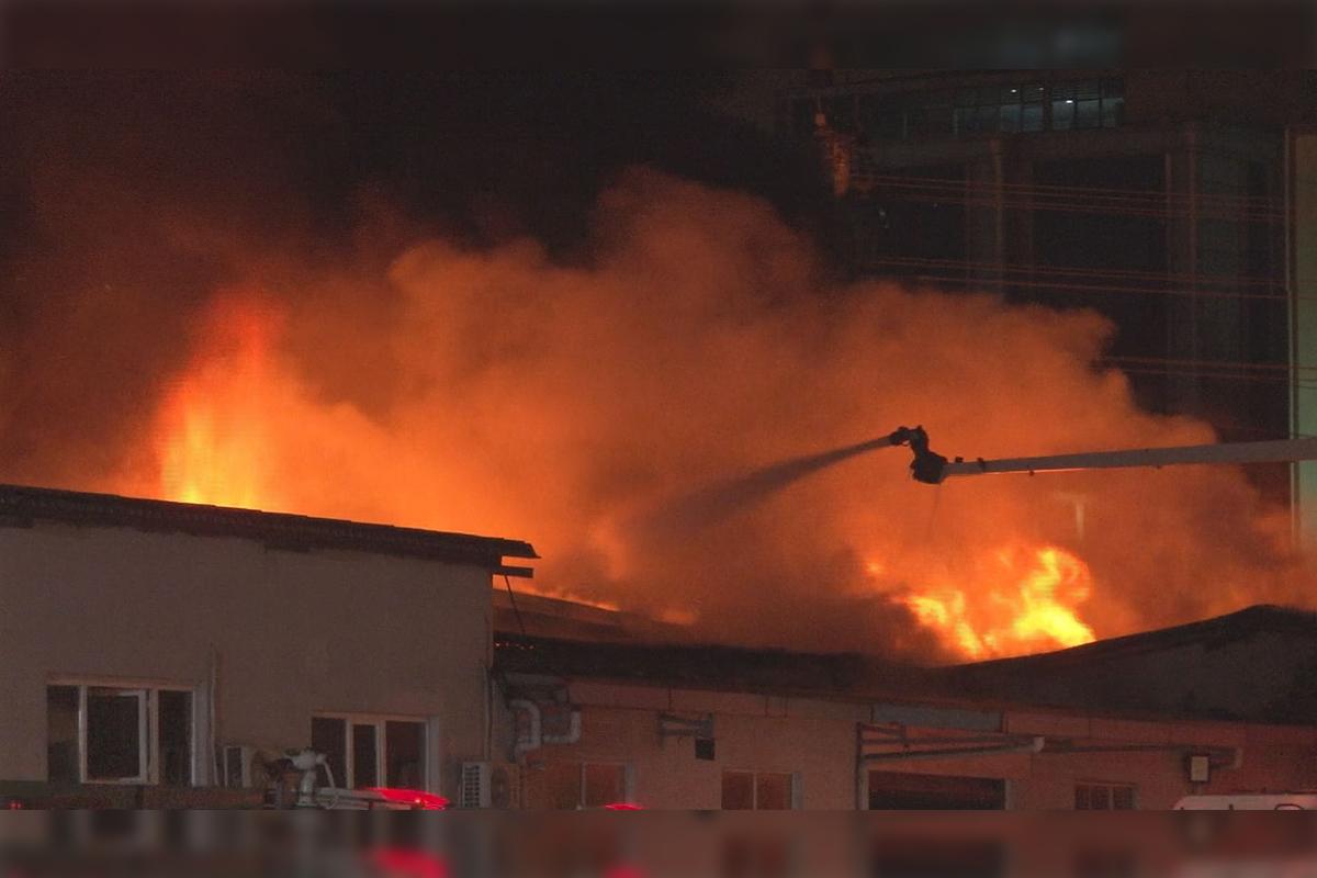 Küçükçekmecedeki kağıt ambalaj merkezindeki yangın kontrol altına alındı