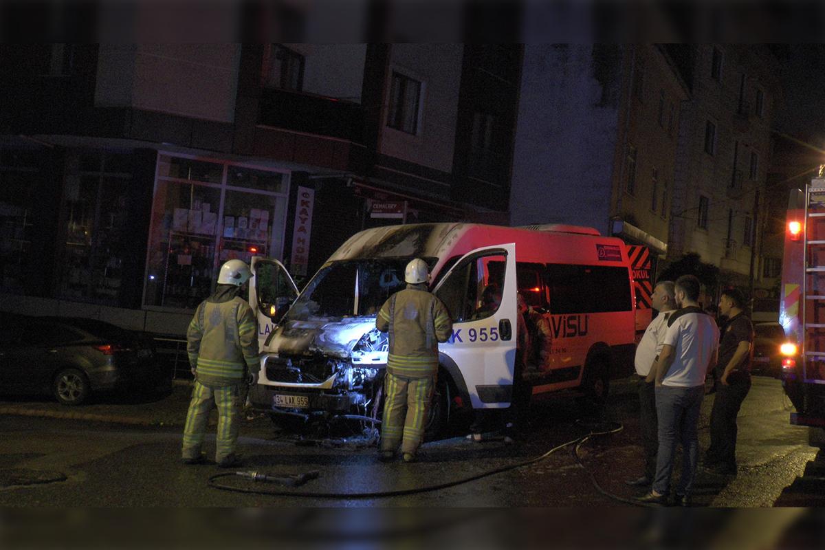 Sancaktepe'de park halinde bulunan servis minibüsü alev alev yandı