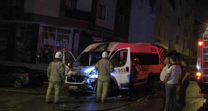 Sancaktepede park halinde bulunan servis minibüsü alev alev yandı
