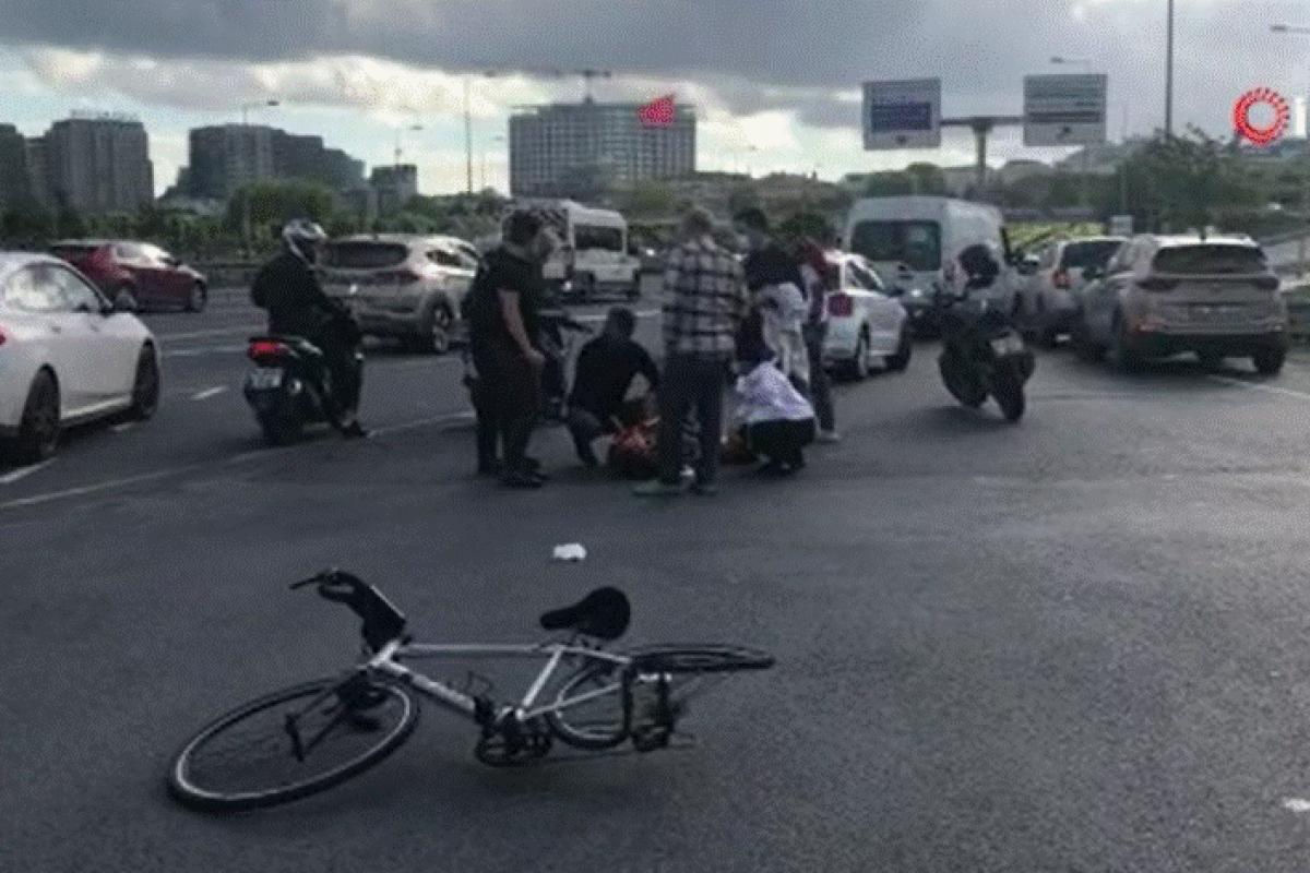 Sahil yolundan hızla gelen otomobil bisikletliye çarptı