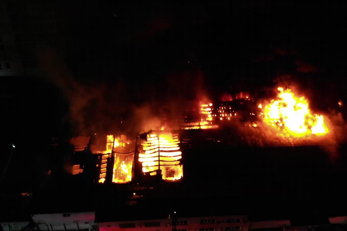 Küçükçekmecede yanan kağıt ambalaj üretim merkezi havadan görüntülendi