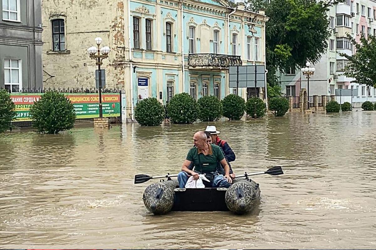Kırım Valisi sel basan sokakları botla gezdi, ekipler