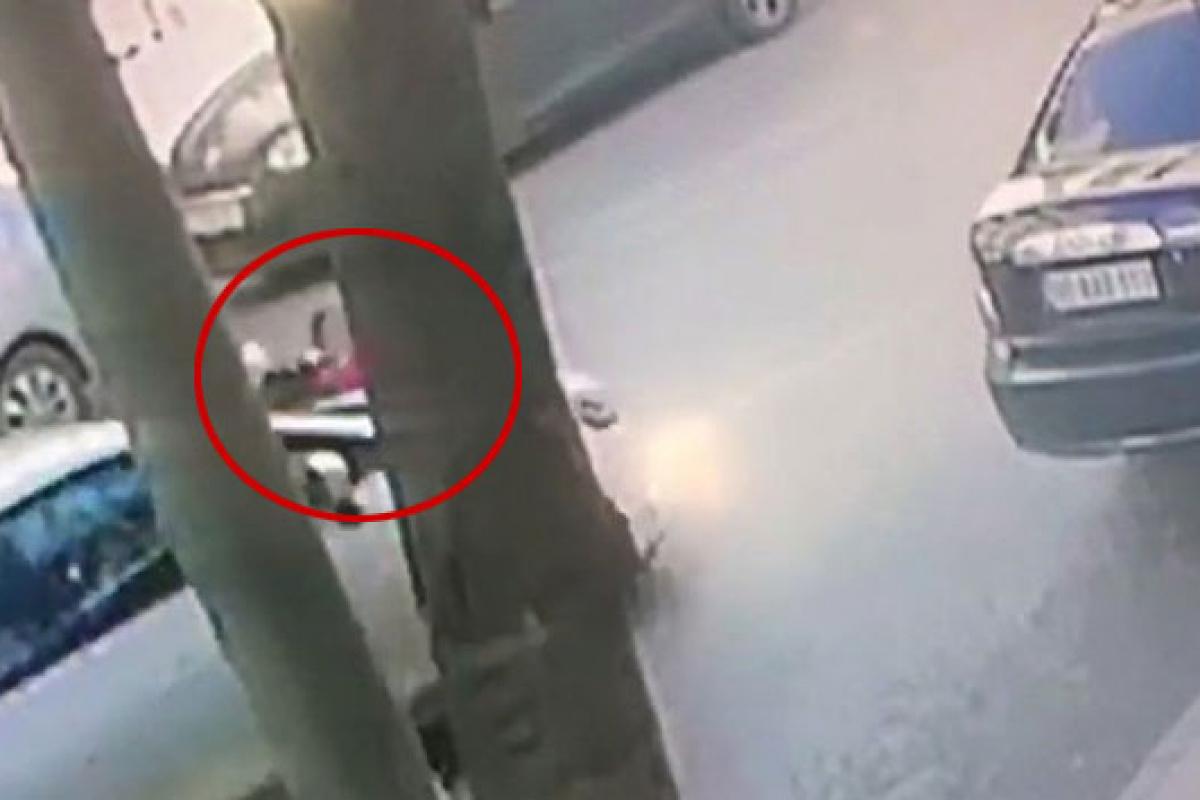 Okuldan eve dönen kız çocuğuna otomobilin çarptığı anlar kameraya yansıdı