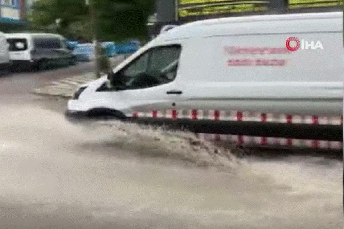Arnavutköy'de sağanak yağış etkili oluyor
