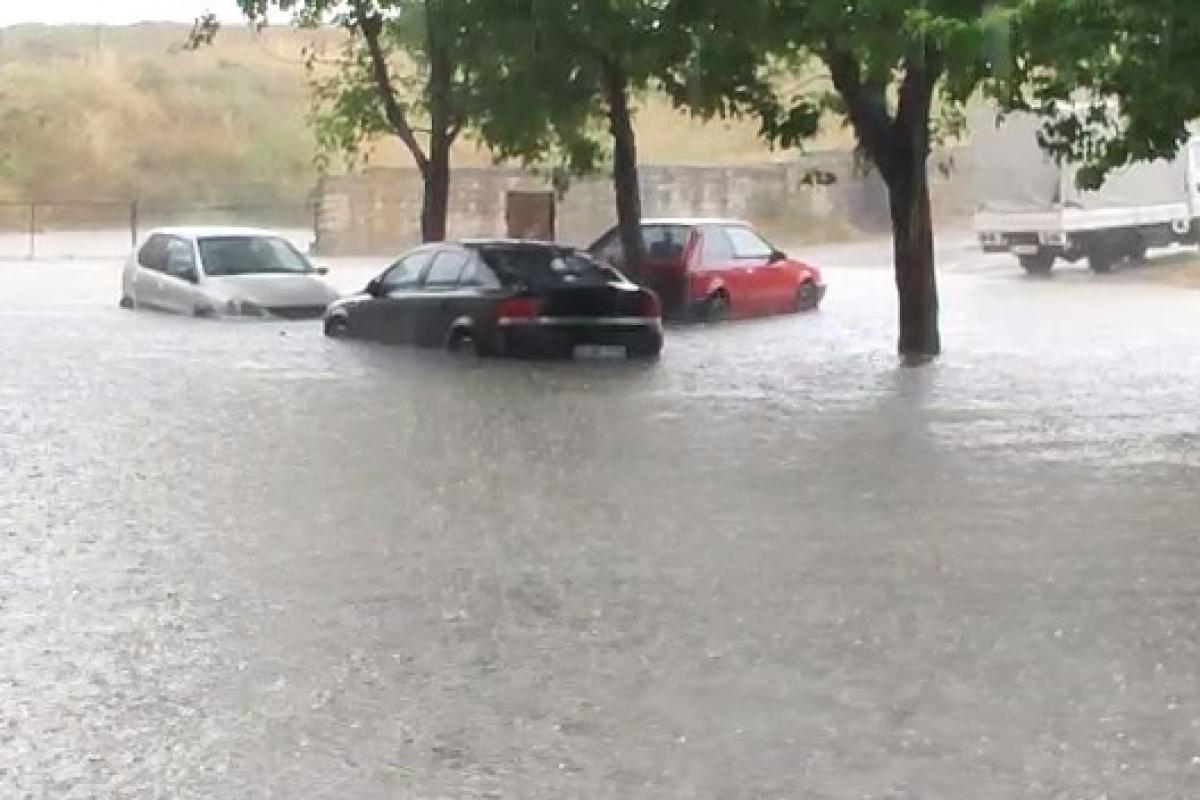 Sultangazi'de araçlar suda mahsur kaldı