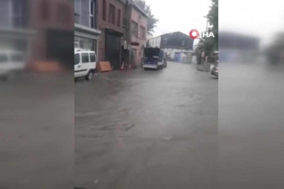 Beyoğlu'nda caddeler sular altında kaldı