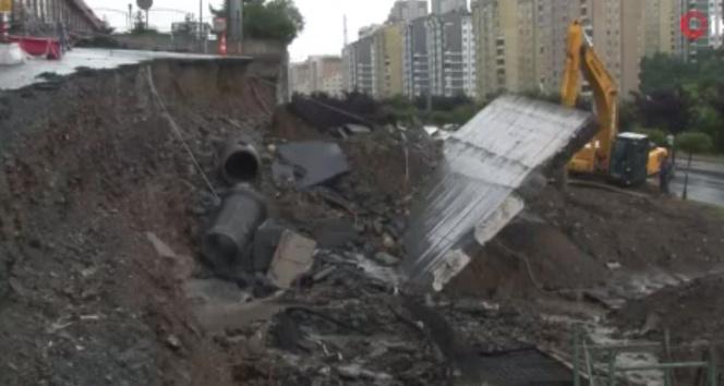 Başakşehirde yağışın etkisiyle yol çöktü