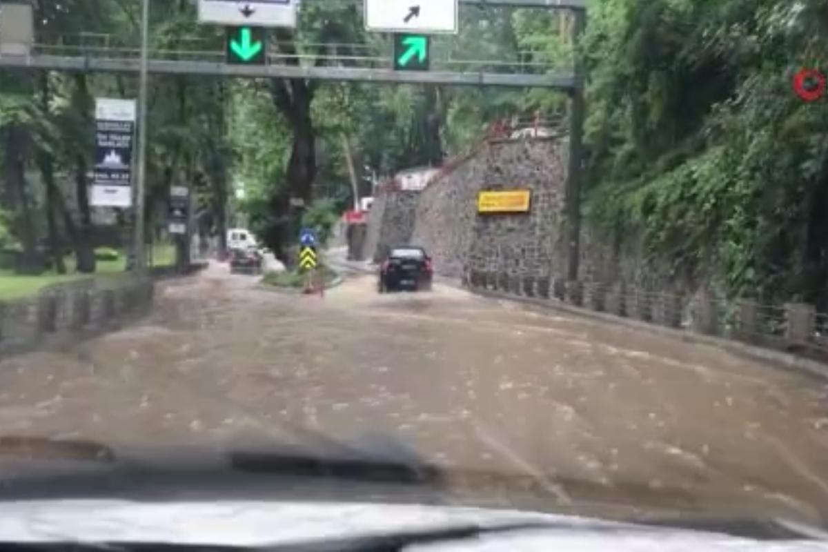 Sarıyer'de sağanak yağmur nedeniyle bazı yollar göle döndü
