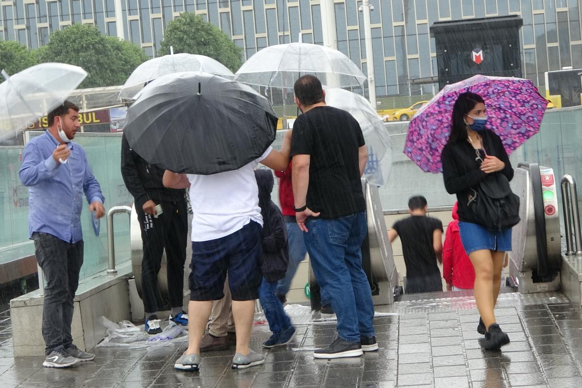 Taksim'de sağanak yağış vatandaşlara zor anlar yaşattı