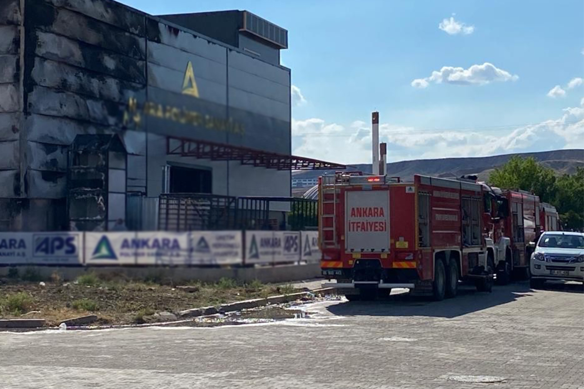 Polyester fabrikasında çıkan yangında çok sayıda işçi dumandan etkilendi