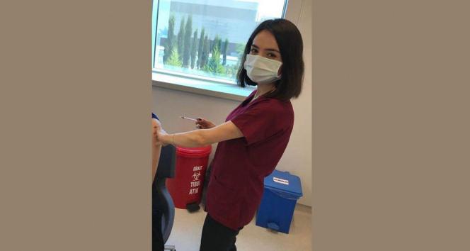 Bakan Koca, günün en çok aşısını yapan hemşireyi paylaştı