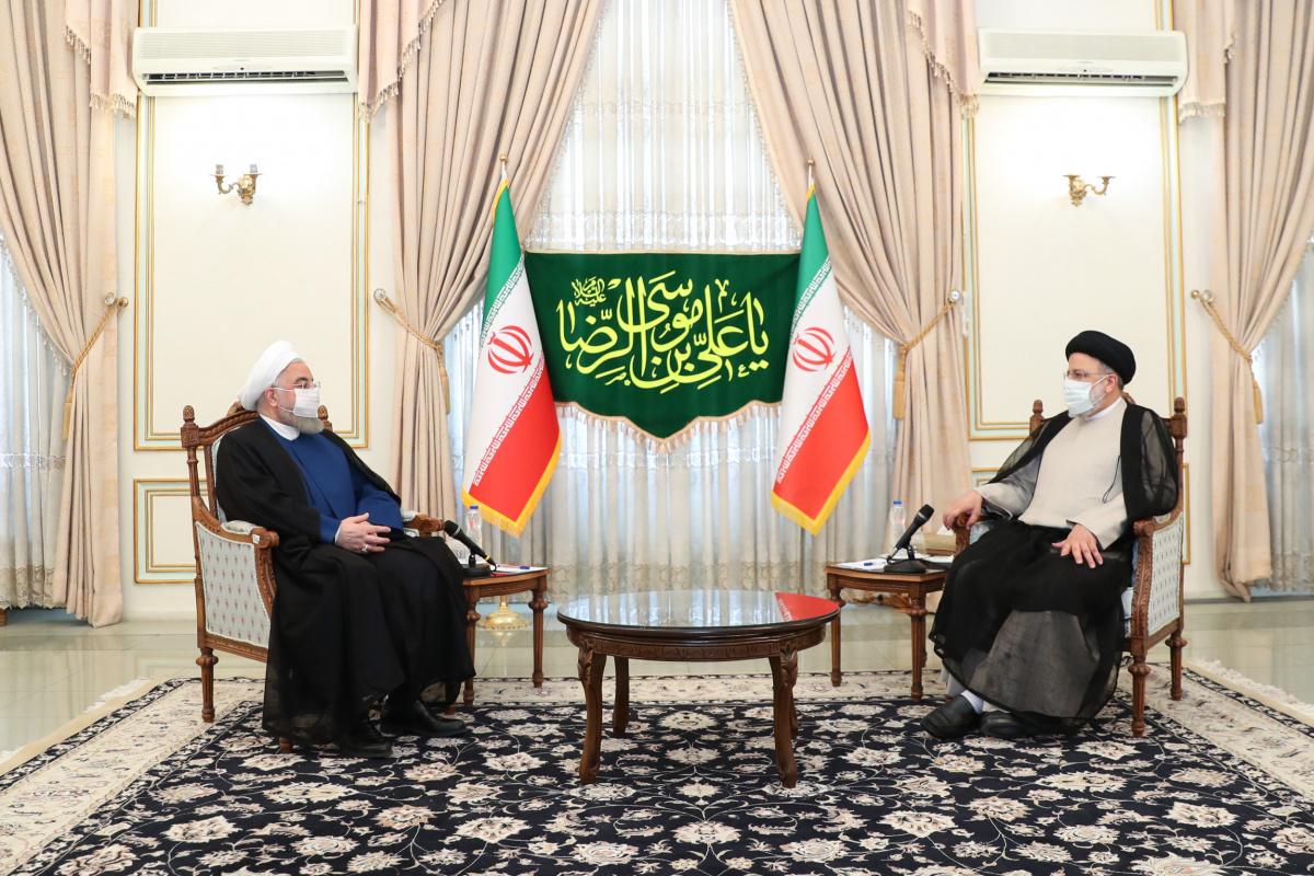 Ruhani, cumhurbaşkanlığı seçiminin galibi Reisi'yi makamında ziyaret etti