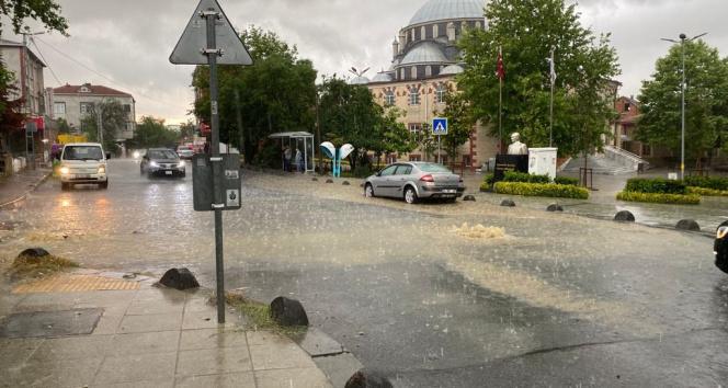 Arnavutköyde etkili olan yağmur inşaat alanını göle çevirdi