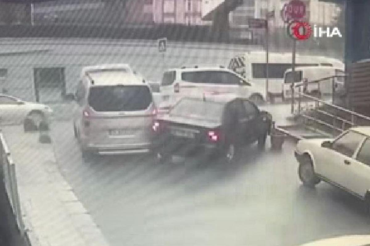 Vitesi takılan otomobil geri geri gelerek arkasındaki araca vurdu