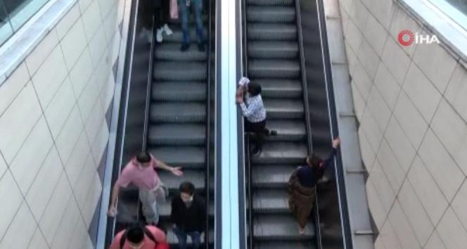 Taksim Metrosunun yürüyen merdivenlerinde tehlikeli oyun!