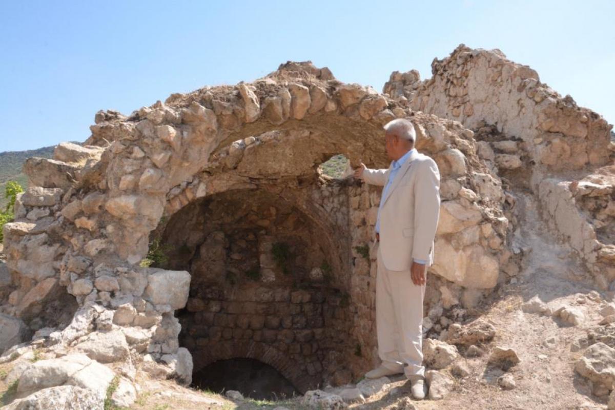 Define ararken tarihi manastır ve Hristiyan mezarlarını tahrip ettiler