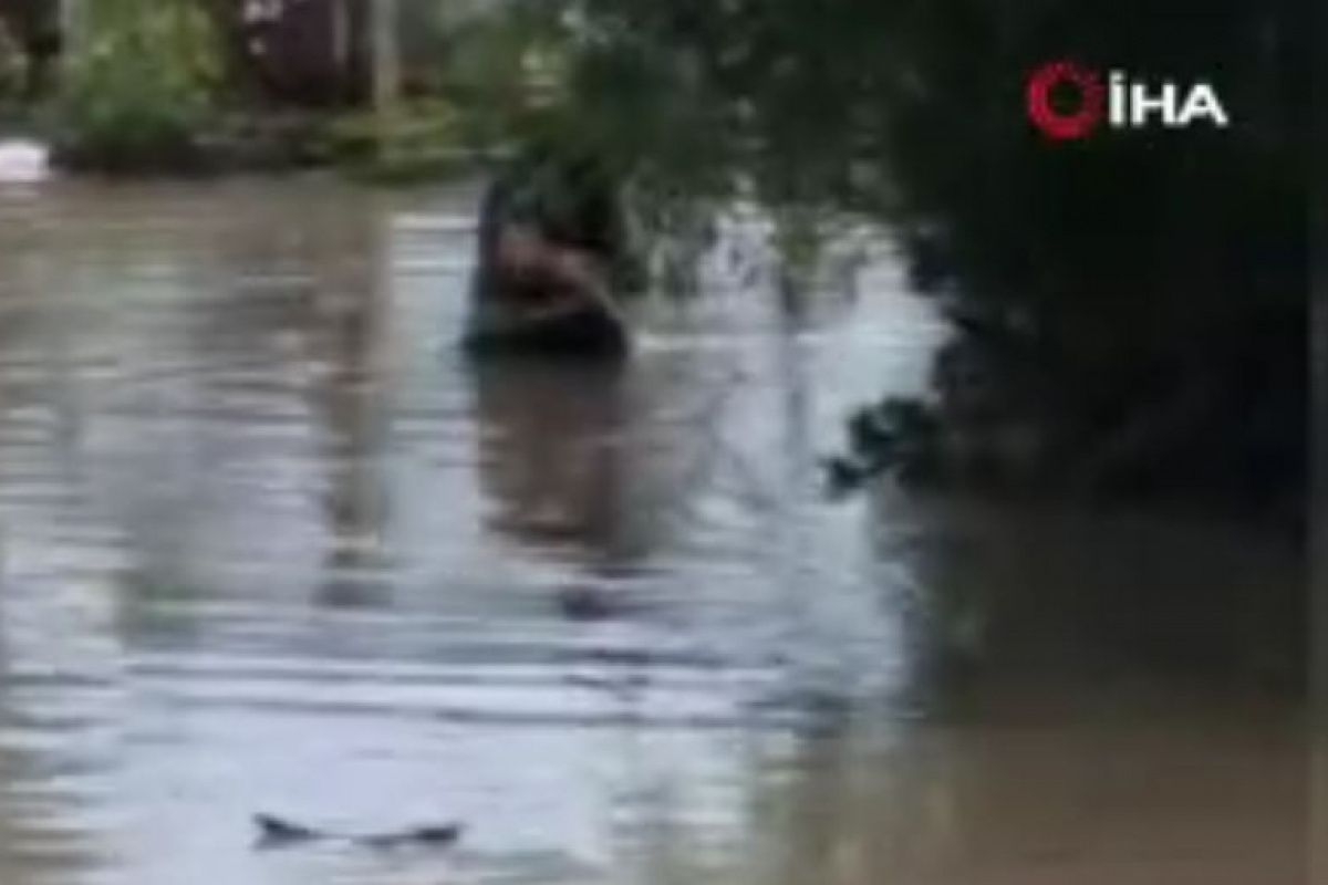 Suya gömülen tek katlı evde mahsur kalan yaşlı kadını itfaiye kurtardı