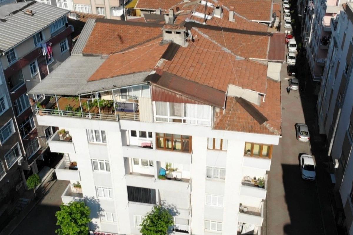 Güngören'de bir binanın balkonunda çökme yaşandı, bina boşaltıldı