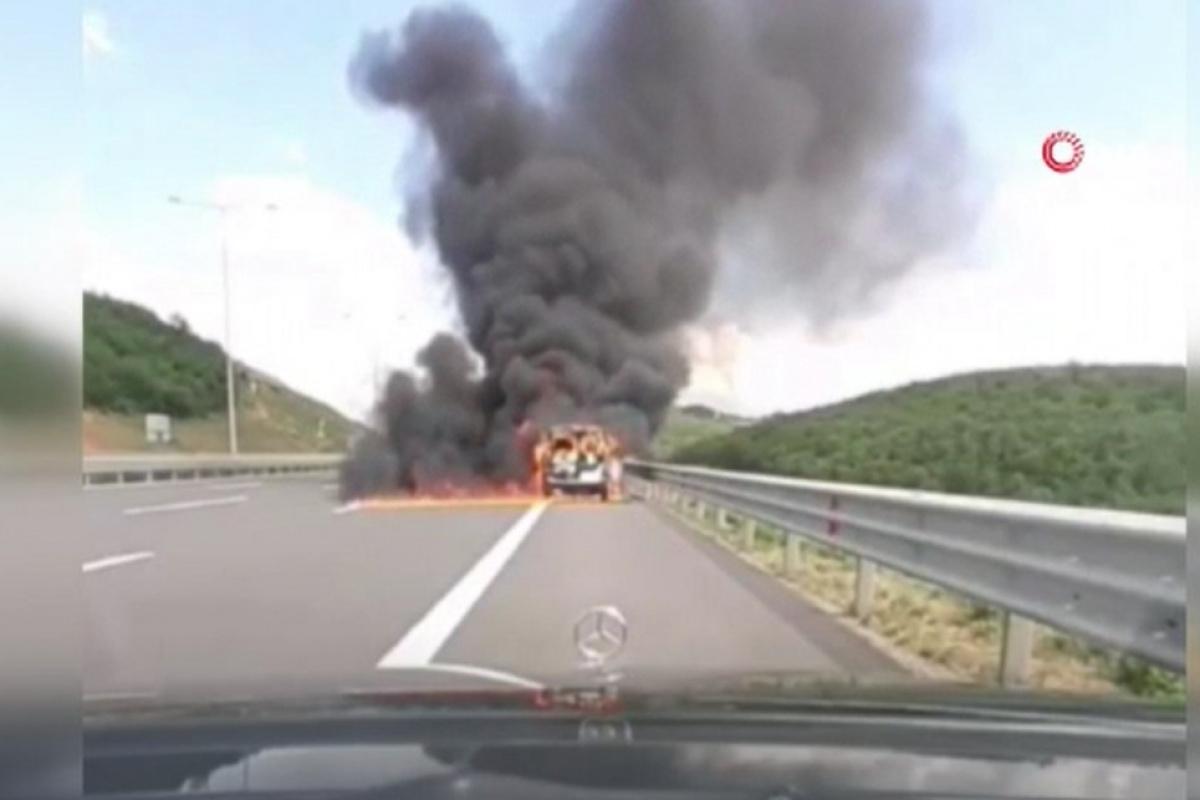 Kuzey Marmara Otoyolu'nda alev alan otomobile yangın tüpü ile müdahale etti