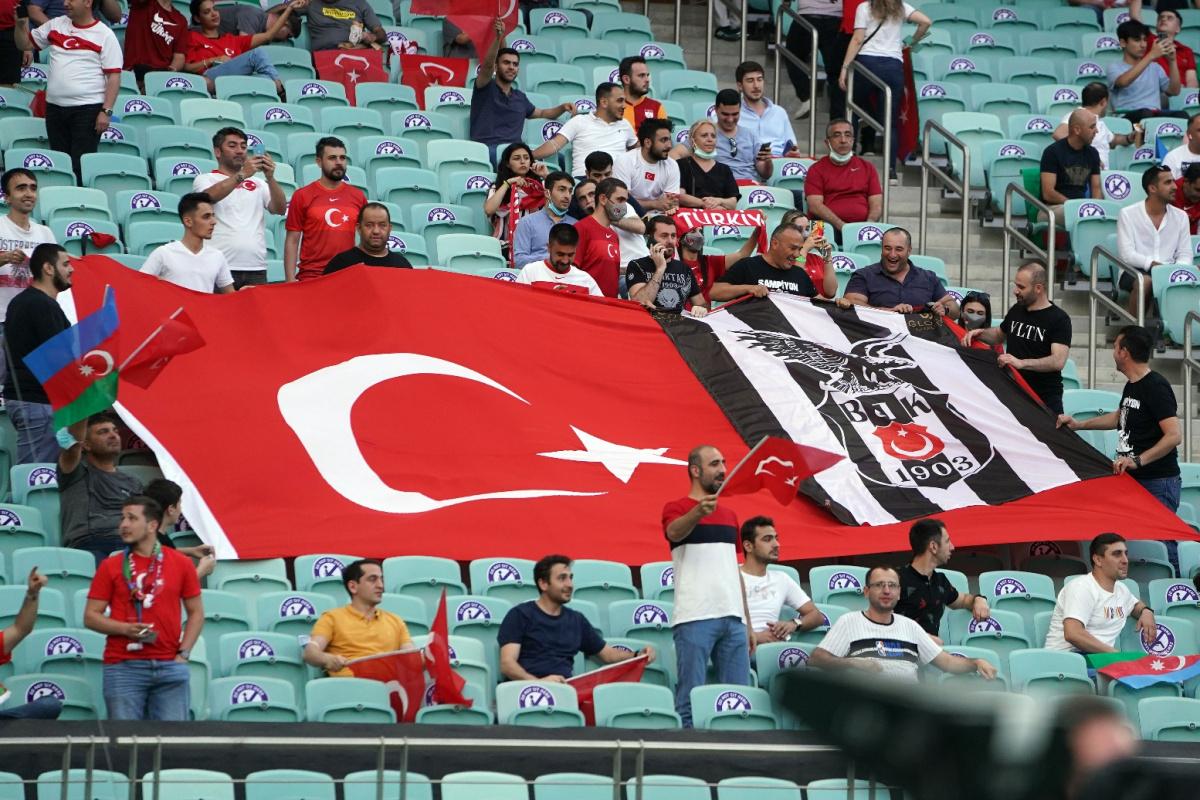 Bakü'de tribünler yine Türk Bayraklarıyla doldu