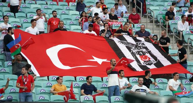 Baküde tribünler yine Türk Bayraklarıyla doldu