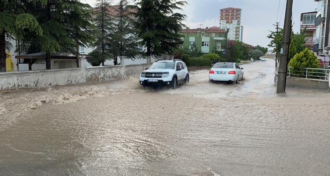 Başkentte sağanak yağış sonrası meydana gelen sel hayatı olumsuz etkiledi