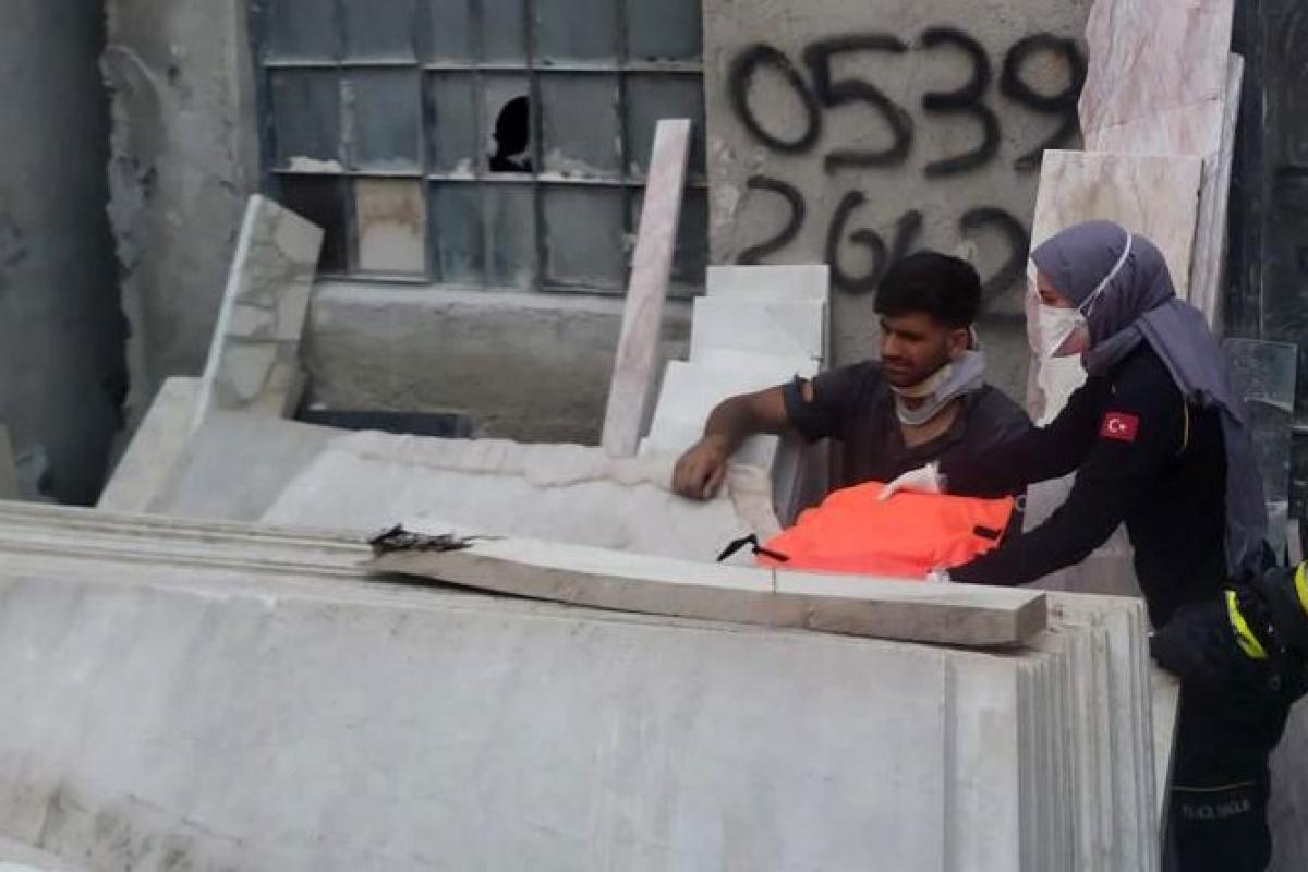 Mermer blokların altında sıkışan işçiyi itfaiye kurtardı
