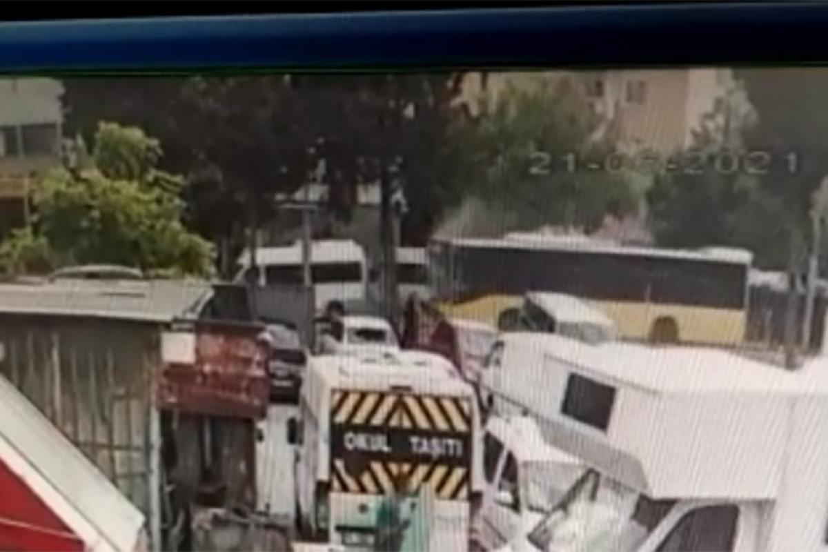 Belediye otobüsü park halindeki servis araçlarına çarptı: 4 yaralı