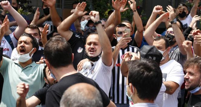 Beşiktaş taraftarları Sergen Yalçının evinin önünde toplandı
