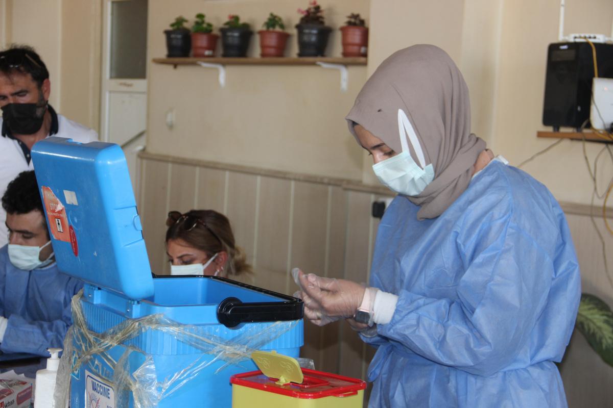 Sağlık çalışanları korona aşısını en ücra köylere kadar ulaştırıyor