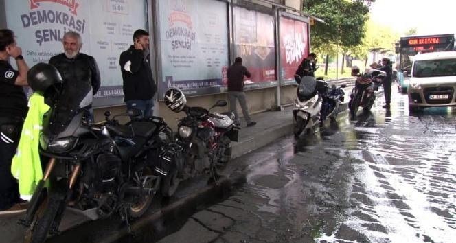 Motorcular yağmurdan köprü altına sığındılar