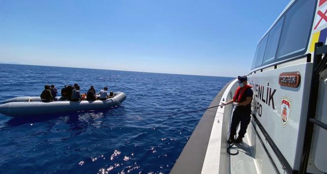 Türk karasularına itilen 10 düzensiz göçmen kurtarıldı
