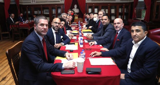 Galatasarayda yeni yönetim ilk toplantısını Galatasaray Lisesinde yaptı