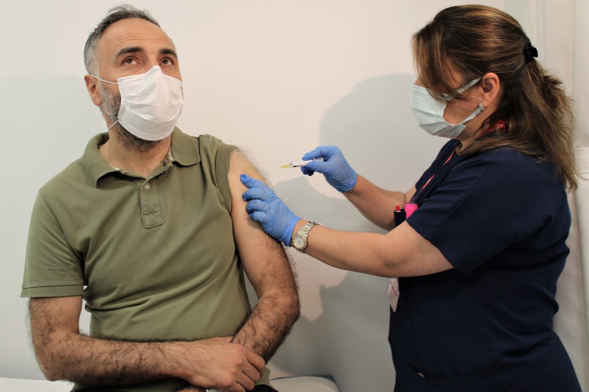 Yerli aşı TURKOVAC'ın Faz-3 çalışmalarında gönüllüler aşılanıyor